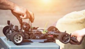 De competities op autosport op de radio, de deelnemer bereidt zijn auto op de radio voor om aan competities, close-up deel te nem royalty-vrije stock foto