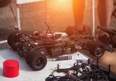 De competities op autosport op de radio, de deelnemer bereidt zijn auto op de radio voor om aan competities, close-up deel te nem royalty-vrije stock afbeelding