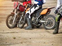De competities op motoball, spelers vechten woedend voor de bal, spelend voetbal op motorfietsen, motorfiets stock afbeeldingen