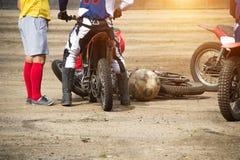 De competities op motoball, spelers vechten woedend voor de bal, spelend voetbal op motorfietsen, motorfiets royalty-vrije stock foto