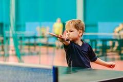 De competities in pingpong, het kind speelt pingpong Stock Fotografie