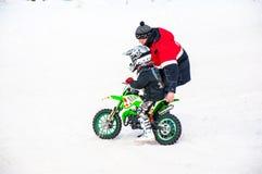 De competities van de Motocross van de winter onder kinderen Stock Foto