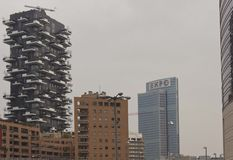 De complexe bouw van Bosco Verticale, en Palazzo Lombardia Royalty-vrije Stock Foto's