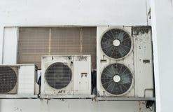 De compressor van Aircon met vogel het dalen Royalty-vrije Stock Foto