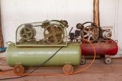 De compressor van de zuigerlucht in de fabriek, Luchtcompressor wordt gebruikt die stock foto