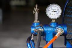 De compressor van de zuigerlucht in de fabriek wordt gebruikt die royalty-vrije stock foto