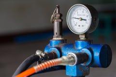 De compressor van de zuigerlucht in de fabriek wordt gebruikt die stock foto