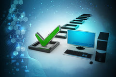De computadora personal con la marca de verificación y la columna Fotos de archivo