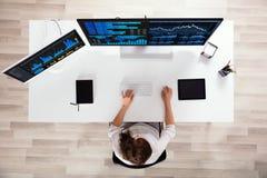 De Computer van Analyzing Graphs On van de Effectenbeursmakelaar royalty-vrije stock foto's