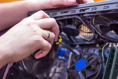 De computer van de handenreparatie binnen Stock Foto