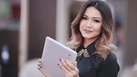 De computer van de tablet Bedrijfsvrouw die digitale PC van de tabletcomputer met behulp van Mooie gemengde rasvrouw in bedrijfso stock footage