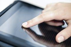 De computer van de tablet met hand Stock Afbeeldingen