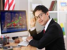 De computer van het bedrijfsmensengebruik in bureau Bedrijfs mens die glazen draagt royalty-vrije stock foto