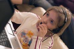 De computer van het meisje en laptop Royalty-vrije Stock Afbeeldingen