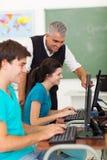 De computer van leraarsstudenten royalty-vrije stock fotografie