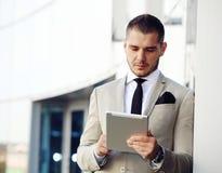 De Computer van zakenmanworking on tablet buiten Royalty-vrije Stock Afbeelding