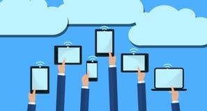 De de Computerapparaten van de handenholding verbinden met de Moderne Wolkendiensten Vlakke illustratie Royalty-vrije Stock Afbeeldingen