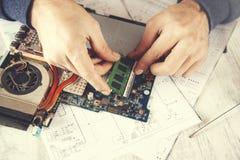 De computerbewerker van de mensenhand stock foto's