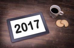 De computergadget van de tabletaanraking op houten lijst - 2017 Royalty-vrije Stock Afbeelding