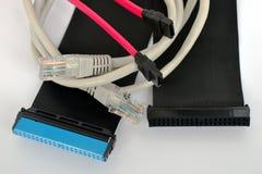 De computerkabels van zwarte, roze en grijze kleuren liggen picturesquely op een witte achtergrond, conceptenverbinding royalty-vrije stock foto's