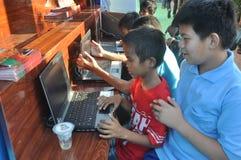 De Computers van het jonge geitjesgebruik Stock Foto