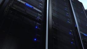 De computerserver zet op rek in datacentrumruimte op met blauw verlichtingsalarm Knippend inbegrepen weg De menings statische vid stock videobeelden