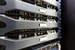 De computerserver zet op rek in de ruimte van het gegevenscentrum op stock afbeelding