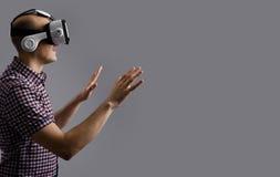 De computerspel van het mensenspel in VR-hoofdtelefoon Royalty-vrije Stock Foto