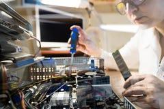 De computertechnicus die Hardware herstellen werpt het vensterbeeld Stock Fotografie