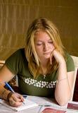 De concentraten van de tiener op thuiswerk Stock Foto's