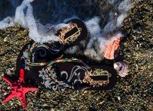 De concept-wipschakelaars van de de zomervakantie met overzeese ster en shells op het strand Stock Afbeeldingen