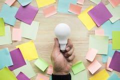 De concepten die van inspiratieideeën met hand witte lightbulb houden royalty-vrije stock afbeeldingen