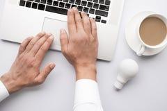 De concepten van het bedrijfscreativiteitidee met mannetje die computer met behulp van royalty-vrije stock fotografie