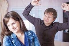 De Concepten van het familiegeweld Jonge Kaukasische Paarruzie binnen Royalty-vrije Stock Afbeelding