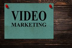 De conceptuele berichten 'VIDEO MARKETING 'geschreven op Groenboek bevindt zich als reclame op een houten oppervlakte stock foto's