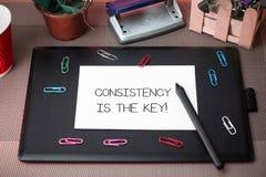 De conceptuele hand die tonend Consistentie is de Sleutel schrijven Bedrijfsfototekst door Gewoonte en van Breaking Bad Goede Deg stock afbeeldingen