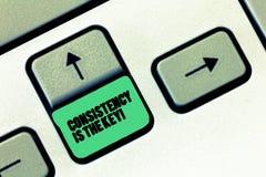 De conceptuele hand die tonend Consistentie is de Sleutel schrijven De volledige Toewijding van de bedrijfsfototekst aan een Taak royalty-vrije stock afbeeldingen