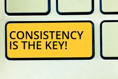 De conceptuele hand die tonend Consistentie is de Sleutel schrijven De volledige Toewijding van de bedrijfsfototekst aan een Taak stock fotografie