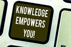 De conceptuele hand die tonend Kennis machtigt u schrijven Bedrijfsfototekst om iemand met vaardigheden en kennis uit te rusten royalty-vrije stock afbeeldingen