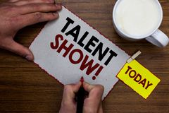 De conceptuele hand die tonend Talent toont schrijven De Concurrentie van de bedrijfsfototekst van entertainers toont het gieten  stock afbeelding
