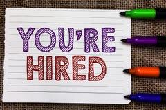 De conceptuele hand die tonend u aangaande gehuurd schrijven wordt De bedrijfsfoto die Nieuw Job Employed Newbie Enlisted Accepte royalty-vrije stock afbeelding