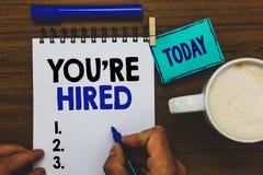 De conceptuele hand die tonend u aangaande gehuurd schrijven wordt Nieuwe Job Employed Newbie Enlisted Accepted Aangeworven de Me royalty-vrije stock fotografie