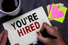 De conceptuele hand die tonend u aangaande gehuurd schrijven wordt Nieuwe Job Employed Newbie Enlisted Accepted Aangeworven de Me royalty-vrije stock afbeeldingen
