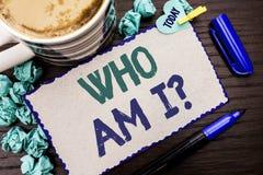 De conceptuele hand die tonend Who ben I-Vraag schrijven Bedrijfsfoto demonstratievraag Gevraagde Identiteit het Denken Twijfelps stock afbeelding