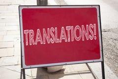 De conceptuele hand het schrijven inspiratie die van de teksttitel Vertalingen tonen Het bedrijfsconcept voor vertaalt verklaart  stock foto