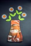 Daisy Flower in Plastic Vaas Royalty-vrije Stock Afbeeldingen