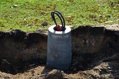De concrete basis van de straatlantaarnlamp met kabel in straat royalty-vrije stock fotografie