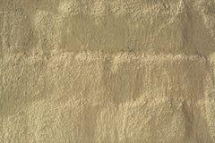 De concrete muur als achtergrond, sporen van verwering, de versleten muur beschadigde verf oude verf Resten van oude verf op gesc royalty-vrije stock fotografie