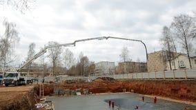 De concrete pomp van de Timelapseauto op het werk voor te bereiden bij het gieten van de Stichting van het gebouw stock footage