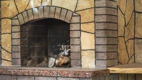 De concrete vuile open haard met overblijfselen van as na houten brandhout brandde in open haard royalty-vrije stock foto's